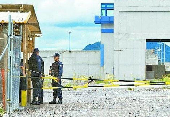 Policías federales resguardan la prisión inacabada. (Milenio)