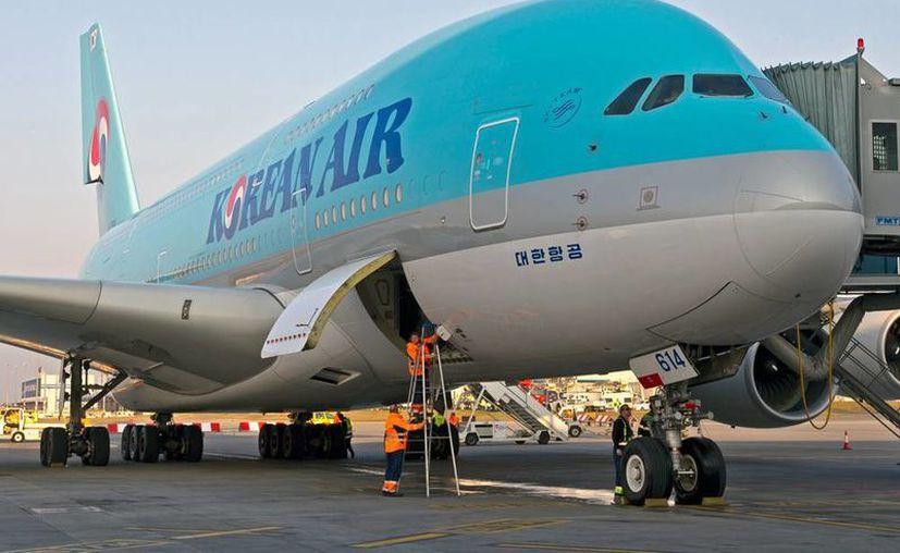 Por el choque, el Airbus de Korean Air terminó con un arañazo en el ala derecha y los postes del alumbrado del aeropuerto angelino quedaron torcidos. (planes.cz)
