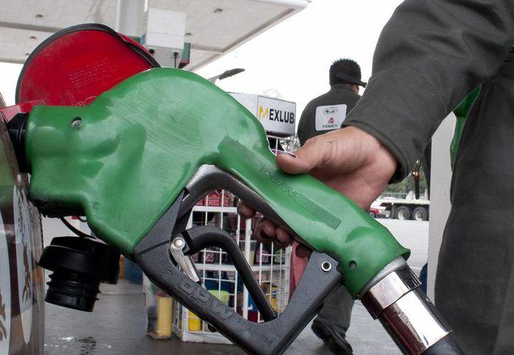 En 2014 continuarán las alzas mensuales al combustible. (Notimex)
