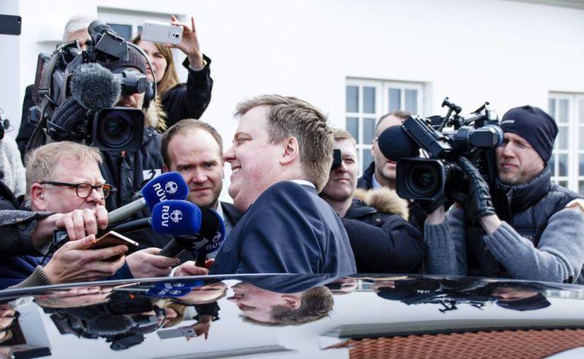 El primer ministro islandés, Sigmundur David Gunnlaugsson (c), abandona la residencia del presidente del país, tras su reunión en Reikiavik, Islandia. (EFE)