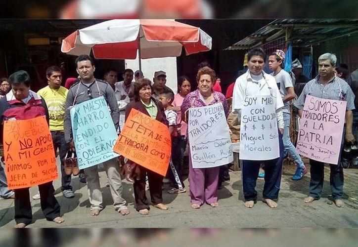 Imagen de los maestros antes de ser rapados por integrantes de la CNTE en Chiapas. (muropolitico.mx)