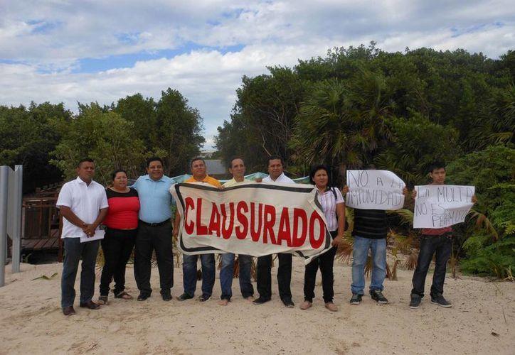 Simpatizantes del Partido de la Revolución Democrática clausuraron simbólicamente las playas ampliadas del hotel Paradisus. (Daniel Pacheco/SIPSE)