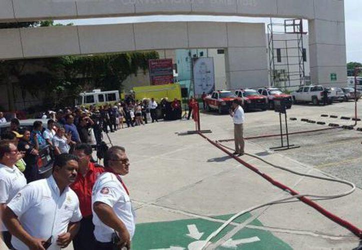 Simulacros y exposiciones de equipo de última tecnología se ofrecen en la Convención  Convención Nacional e Internacional de Jefes, Oficiales y Bomberos en Cancún. ((Miguel Ortíz/SIPSE)