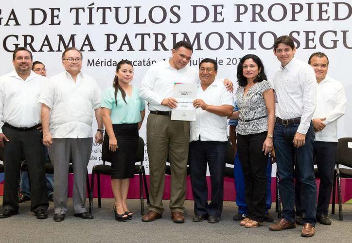 El gobernador Rolando Zapata felicitó a las 500 personas que en esta edición del programa Patrimonio Seguro obtuvieron sus escrituras a bajo costo. (SIPSE)