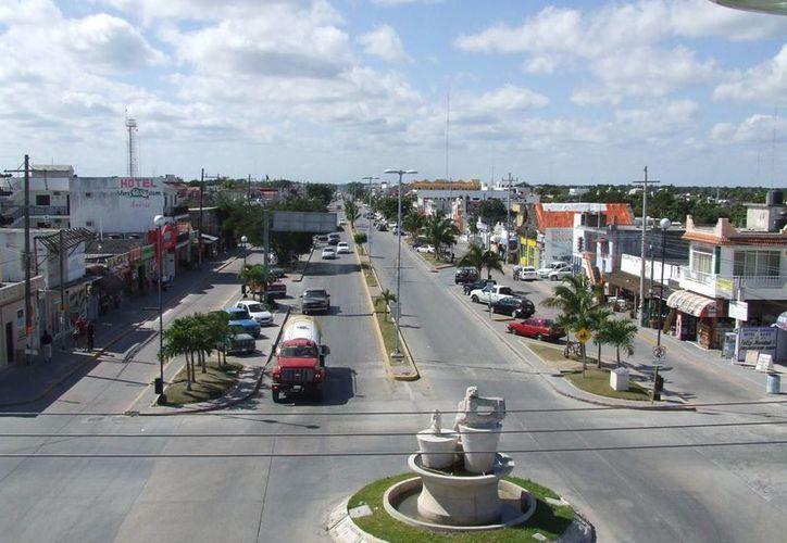 Empresarios de Tulum sugirieron que se conviertan en peatonales los carriles de baja velocidad de la principal vía de la ciudad. (Rossy López/SIPSE)