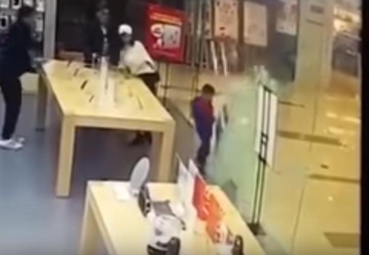 El niño empujó la puerta, y enseguida los cristales cayeron sobre él. (Foto: Captura/Video)