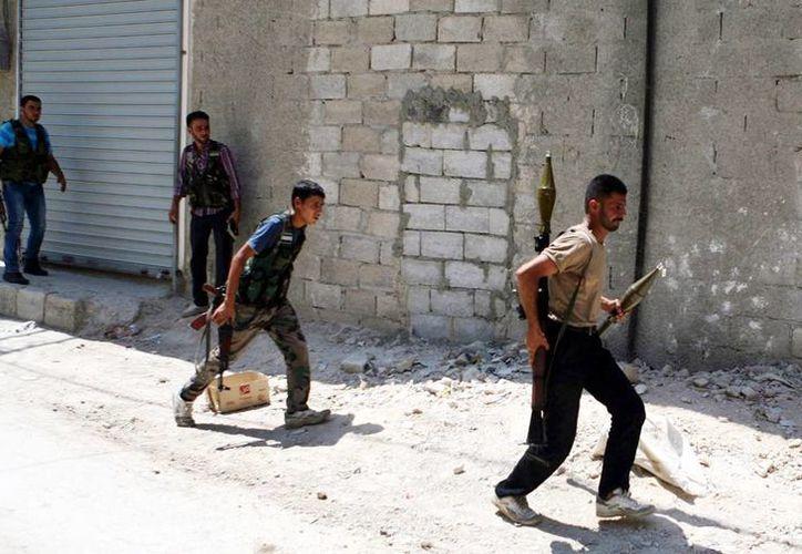 Milicianos rebeldes se enfrentan a las fuerzas de Bachar el Asad en Azaz, Siria. (EFE/Archivo)