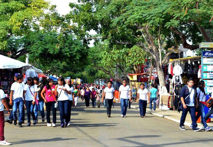 Miles de estudiantes visitan los juegos mecánicos de la feria. (Theany Ruz)