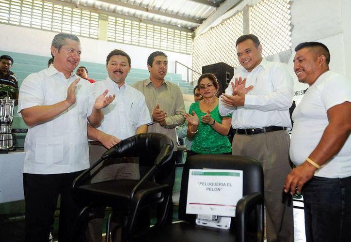 El gobernador Rolando Zapata entrega maquinaria como parte del programa de Fomento al Autoempleo. (Milenio Novedades)