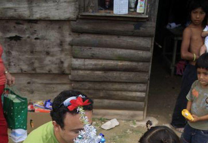 Estrella Belén recibió el arbolito de Navidad que había pedido, además de despensa, juguetes y pañales para su hermanito. (Harold Alcocer/SIPSE)