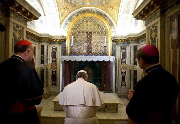 El Papa Francisco durante una visita no programada a las excavaciones de la necrópolis vaticana. (EFE)