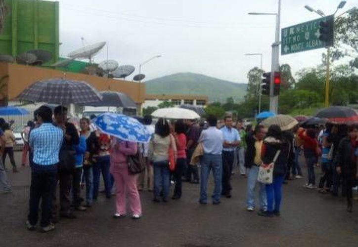 Integrantes de la APPO y estudiantes normalistas cerraron vialidades principales en Oaxaca. (Milenio)