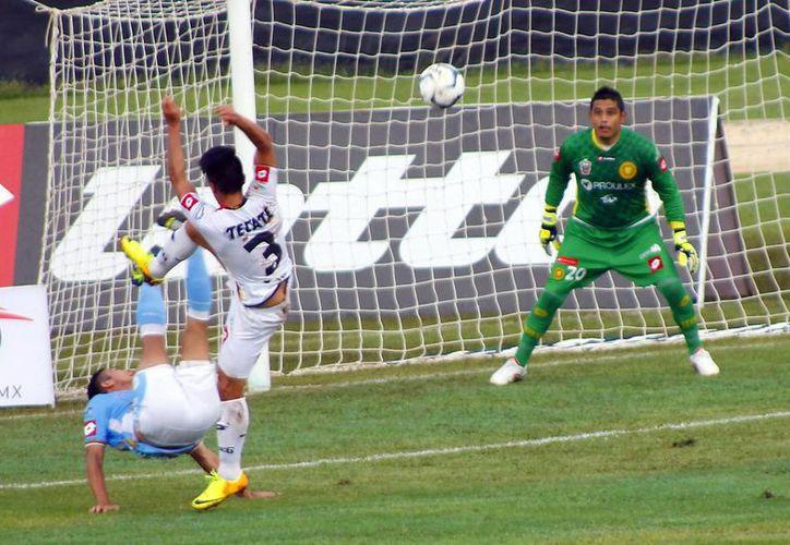 Desde el silbatazo inicial, el Mérida buscó la cabaña rival, pero el meta Humberto Gabriel Hernández López sólo admitió dos tantos. (Juan Albornoz/SIPSE)