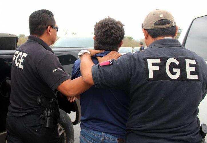 En la fotografía al momento que elementos de la FGE trasladaban a Oswaldo E. R. E. a una audiencia en el Centro de Justicia Penal de Mérida. (Milenio Novedades)