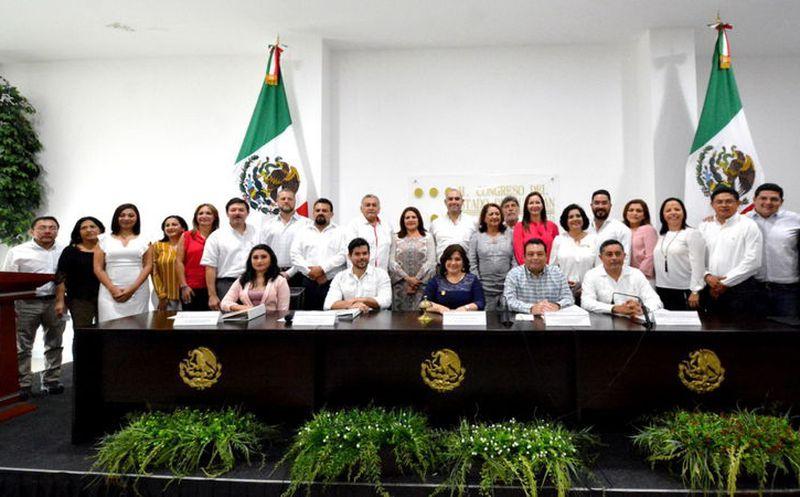 Los nuevos diputados recibieron ayer sus credenciales durante una sesión de la Comisión de Instalación y Entrega-Recepción. (Milenio Novedades)