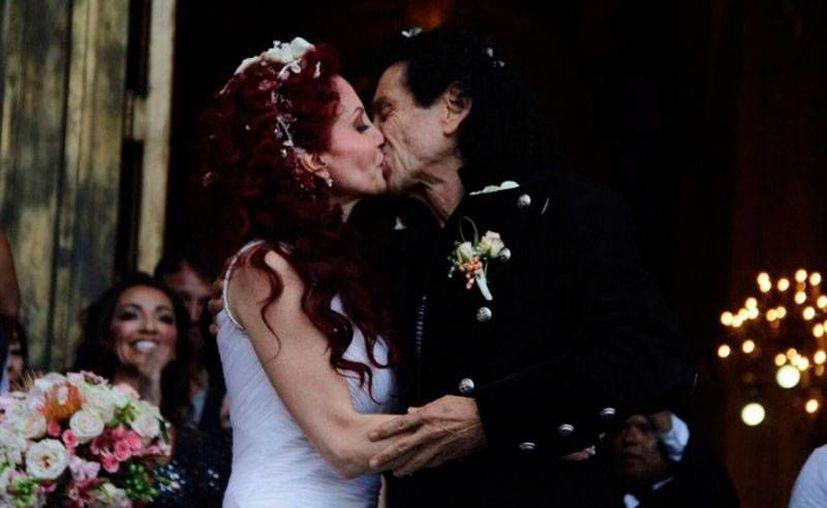 El rockero Álex Lora y Chela renovaron sus votos matrimoniales, tras 35 años de casados, en la Basílica de Guadalupe, Virgen de la que el cantante ha sido devoto desde que  inició su carrera musical. (Imagenes tomadas del sitio siete24.mx)
