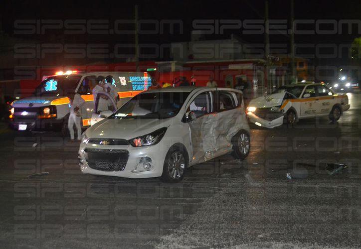El conductor del auto particular se pasó un alto, por lo que un taxi se impactó contra él. Foto: Redacción/SIPSE