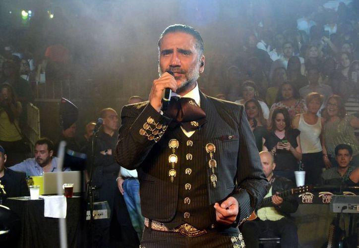 'El Potrillo' será galardonado durante la 27 edición de los Premios Billboard a la Música Latina por su trayectoria musical, así como por la influencia que ha ejercido en los diferentes géneros y lenguajes musicales. (Archivo Notimex)