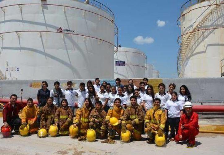 Los estudiantes de la Modelo en las instalaciones de la Terminal de Almacenamiento y Reparto de Pemex en Yucatán. (SIPSE)