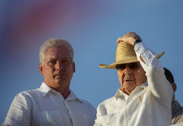 Foto de archivo en la que el primer vicepresidente de Cuba, Miguel Díaz-Canel, observa con el presidente Raúl Castro el desfile del primero de mayo en La Habana. (AP/Ramón Espinosa)
