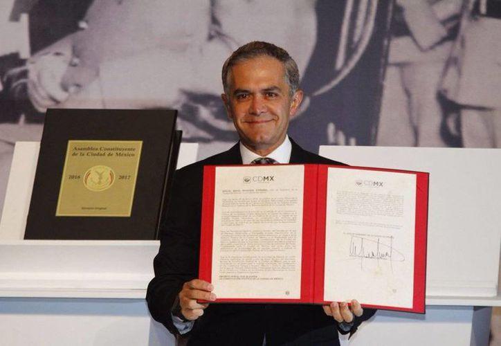 Miguel Ángel Mancera, firmó el decreto para la publicación de la Constitución de la CdMx, la cual entrará en funciones el 17 de septiembre de 2018 (@GobCDMX)