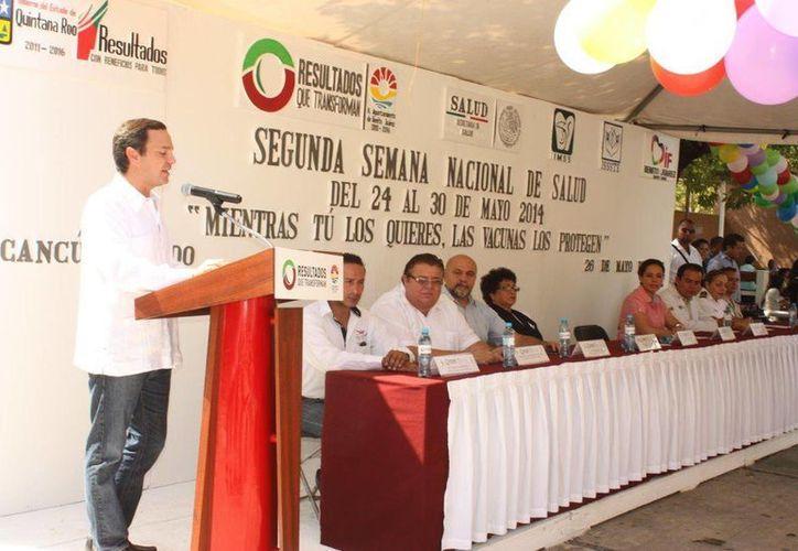 Las autoridades dieron por iniciada la campaña de vacunación en el municipio. (Tomás Álvarez/SIPSE)