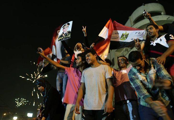 La multitud festejó en las calles cairotas la caída de Mursi. (Agencias)
