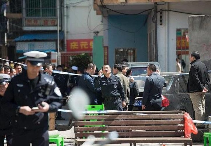 Ante el ataque, la policía llegó al lugar par auxiliar a las víctimas. (Reuters)