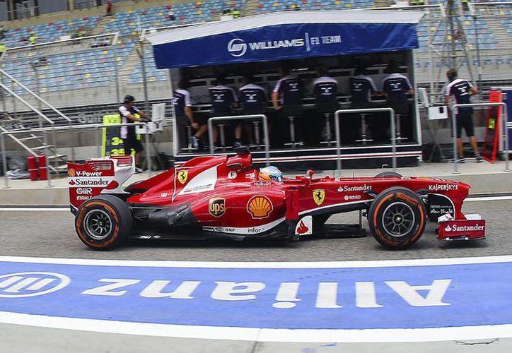 Alonso rodó los 5.4 kms del circuito de Sakhir en 1 minuto, 32 segundos y 667 milésimas. (EFE)