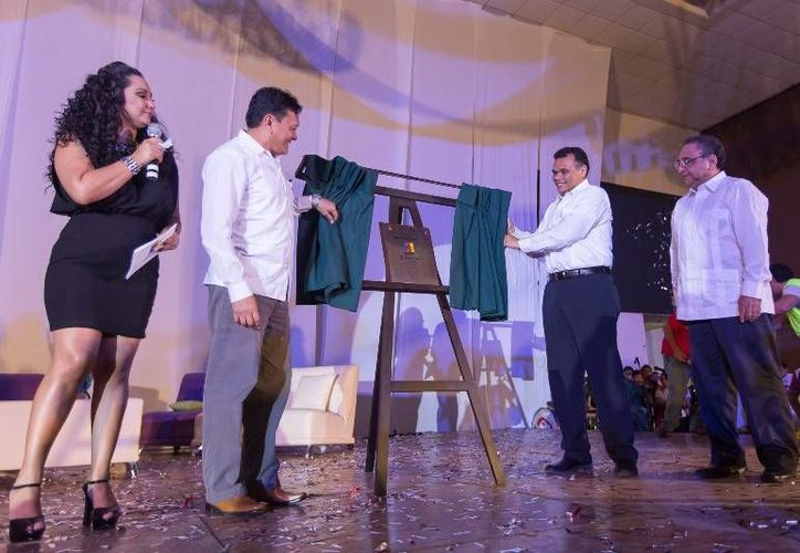 Ayer, el gobernador Rolando Zapata acudió al tercer aniversario del programa de televisión del Colegio de Bachilleres CobayTV que se realizó en el Siglo XXI. (Cortesía)