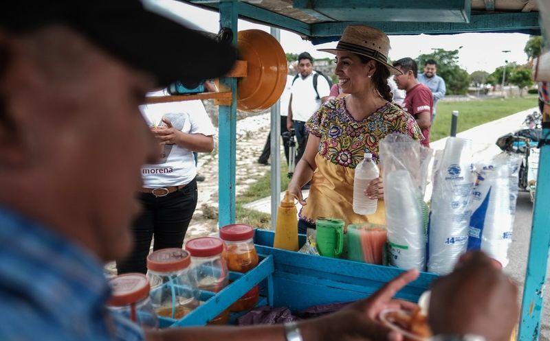 Marybel Villegas Canché, candidata al Senado de la República visitó a pobladores de Bacalar. (SIPSE)