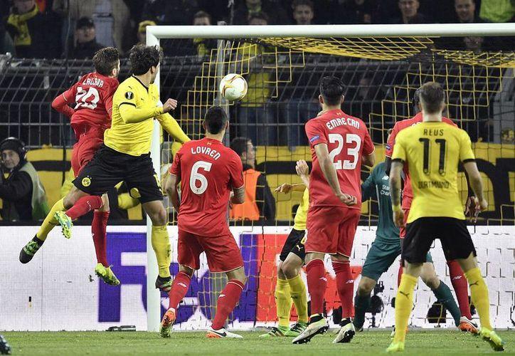 Borussia Dortmund y Liverpool dejaron abierta la llave al empatar a un gol este jueves. (AP)