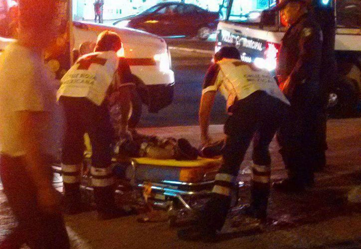 Paramédicos de la Cruz Roja trasladaron a la víctima al hospital. (Redacción)