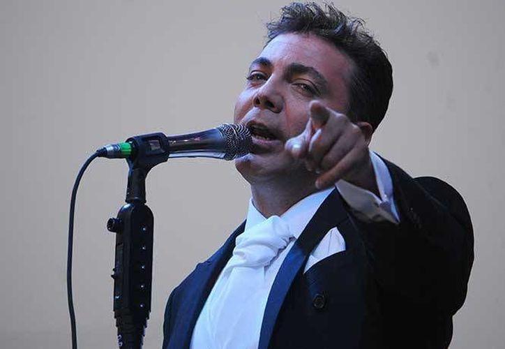 Cristian Castro fue el primero en cantar ante el acompañamiento del piano de Aleks Syntek, en su segunda presentación en el Auditorio Nacional. (Notimex)