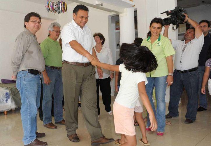 Ayer, el gobernador Rolando Zapata verificó las instalaciones del Caimede y departió con los niños que ahí viven. (Cortesía)