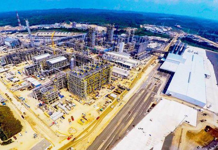 Cerca de Coatzacoalcos, Veracruz, se construye el proyecto petroquímico más grande de América Latina, Etileno XXI, con una inversión de 4 mil 500 millones de dólares. (Foto EFE)