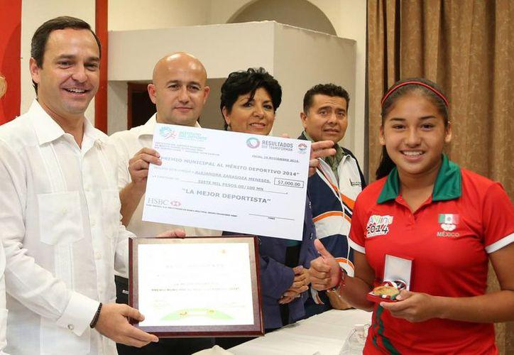 Alejandra Zaragoza Meneses recibiendo el premio. (Cortesía/SIPSE)