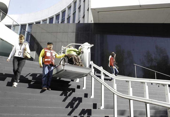 Funcionarios, trabajadores y visitantes del Senado de la Republica, participaron en el Simulacro CDMX 2014, con motivo del aniversario 29 del terremoto de 1985 y el Día Nacional de Protección Civil. (Fotos: Notimex)