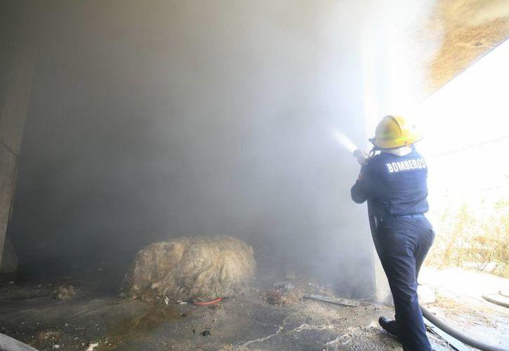El combate al incendió requirió varias horas. (José Acosta/Jorge Sosa/SIPSE)