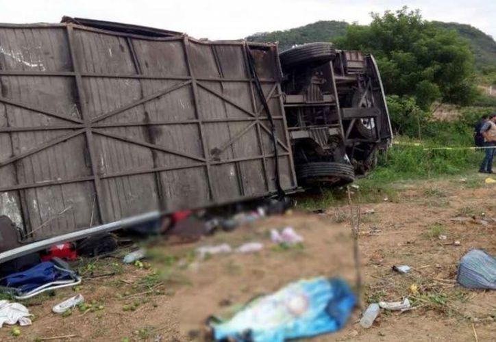 Mueren cuatro personas tras volcadura de autobús en Nayarit. (Foto: Karla Méndez).