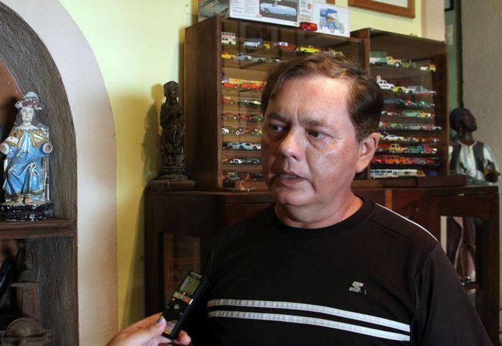 """Manuel Acereto Villafaña, integrante de """"El rincón del coleccionista"""", al hablar sobre el 'Toy Hunters' que se realizarán en Mérida. (César González/SIPSE)"""