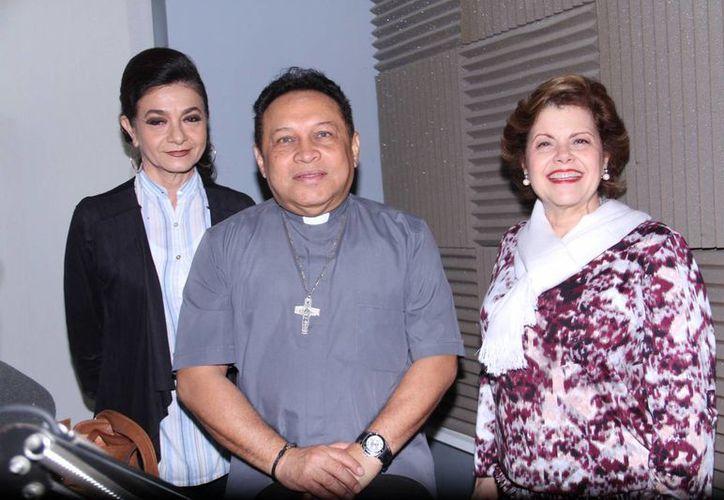 Alis García de Ortiz (d), Mary Liz Escalante y el Pbro. Medina Oramas, hablaron en el programa Salvemos una vida sobre la cuaresma y el perdón. (Foto: Jorge Acosta/Milenio Novedades)