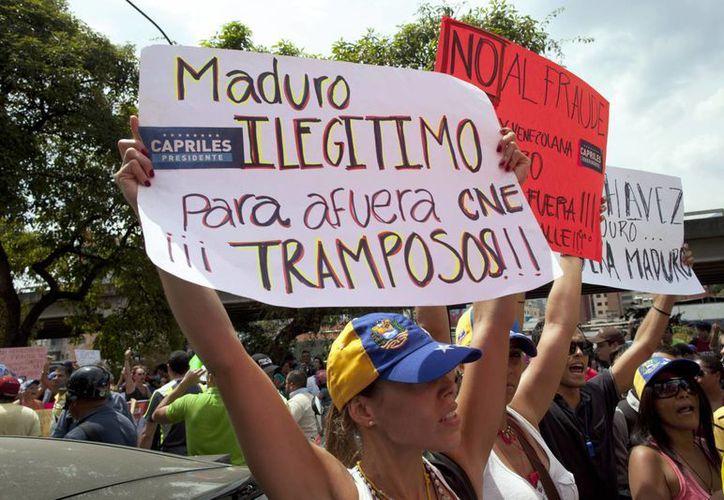 Partidarios de la oposición protestan por los resultados oficiales de la elección presidencial de Venezuela. (Agencias)