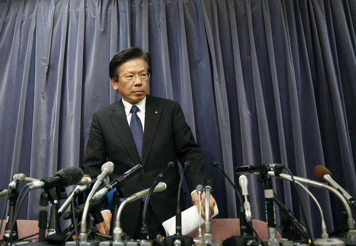 El presidente del fabricante nipón de vehículos Mitsubishi Motors, Tetsuro Aikawa, ofrece una rueda de prensa en el Ministerio de Transporte e Infraestructura japonés en Tokio, Japón. (EFE)