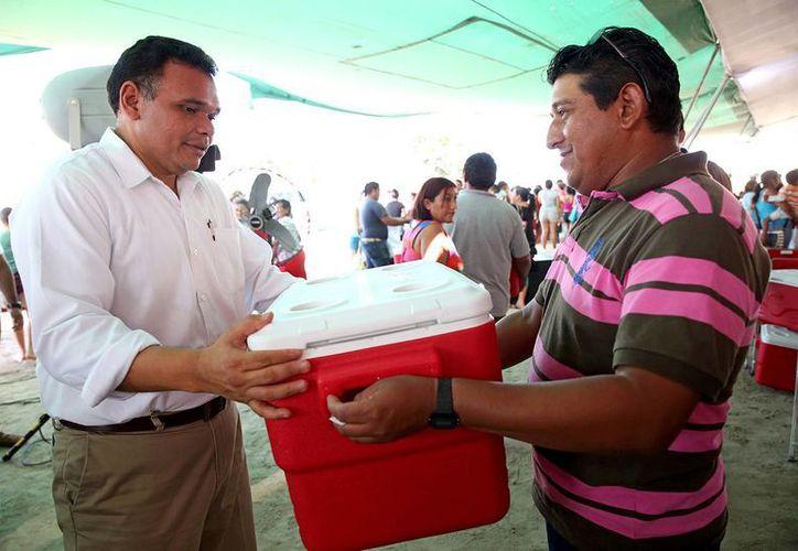 En su última gira de 2014, el gobernador Rolando Zapata Bello entregó apoyos a pescadores de Yucatán. (SIPSE)