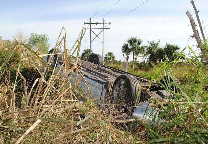 El Stratus estaba volcado. Su conductor lo dejó abandonado. (Milenio Novedades)