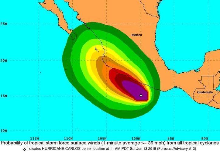 El huracán Carlos de categoría 1 se mueve lentamente hacia el noroeste, con vientos sostenidos de 35 kilómetros por hora y rachas de 45 kilómetros por hora. (nhc.noaa.gov)