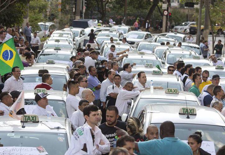 Taxistas Bloquean con sus vehículos, este 9 de septiembre de 2015, las vías del centro de Sao Paulo, Brasil. (EFE)
