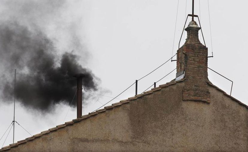 Las fumatas indicarán si se ha elegido Papa o no. (Agencias)