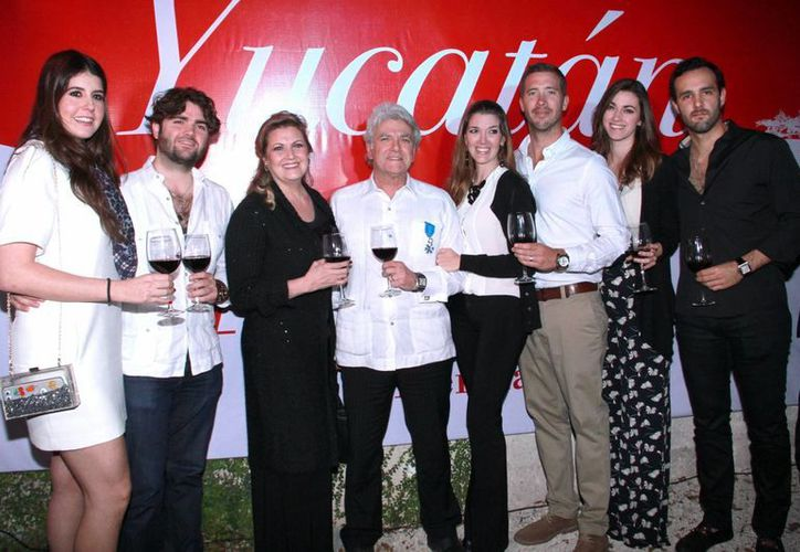 Mario Ancona Teigell, cónsul honorario de Francia, estuvo acompañado de su familia, de quien resaltó su apoyo. (Jorge Acosta/SIPSE)